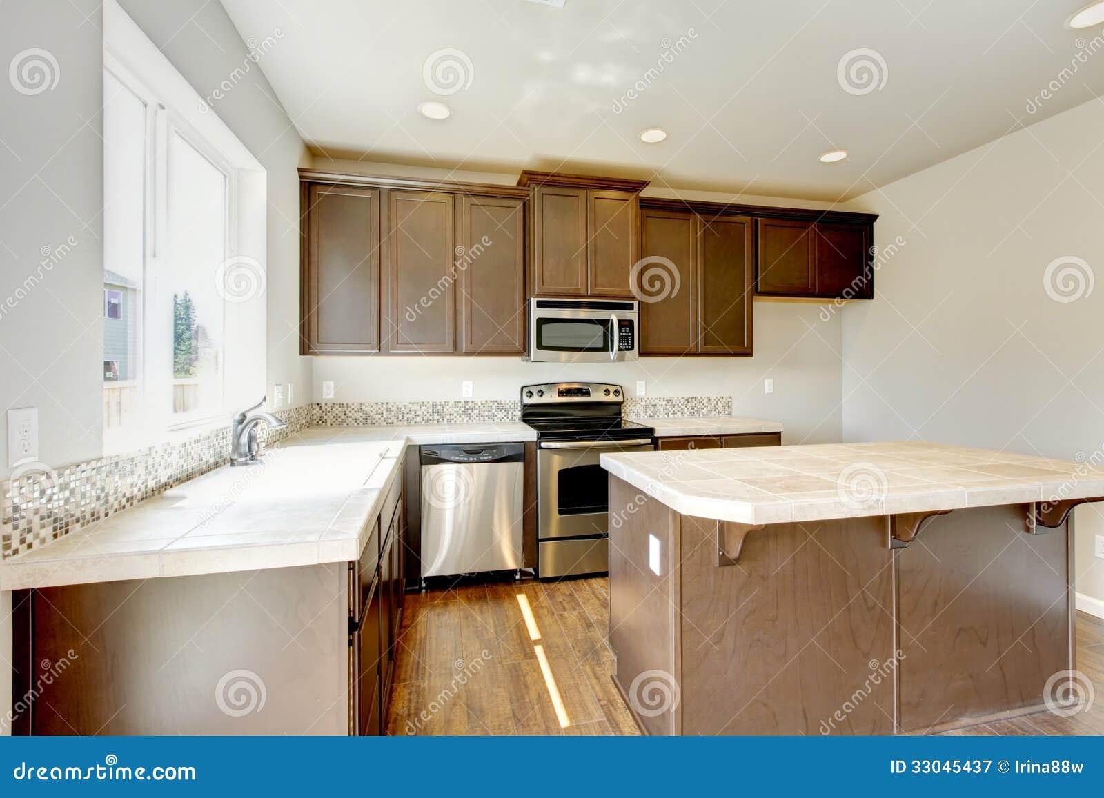 Nuovo interno domestico della cucina con i gabinetti di for Piano di abbozzo domestico