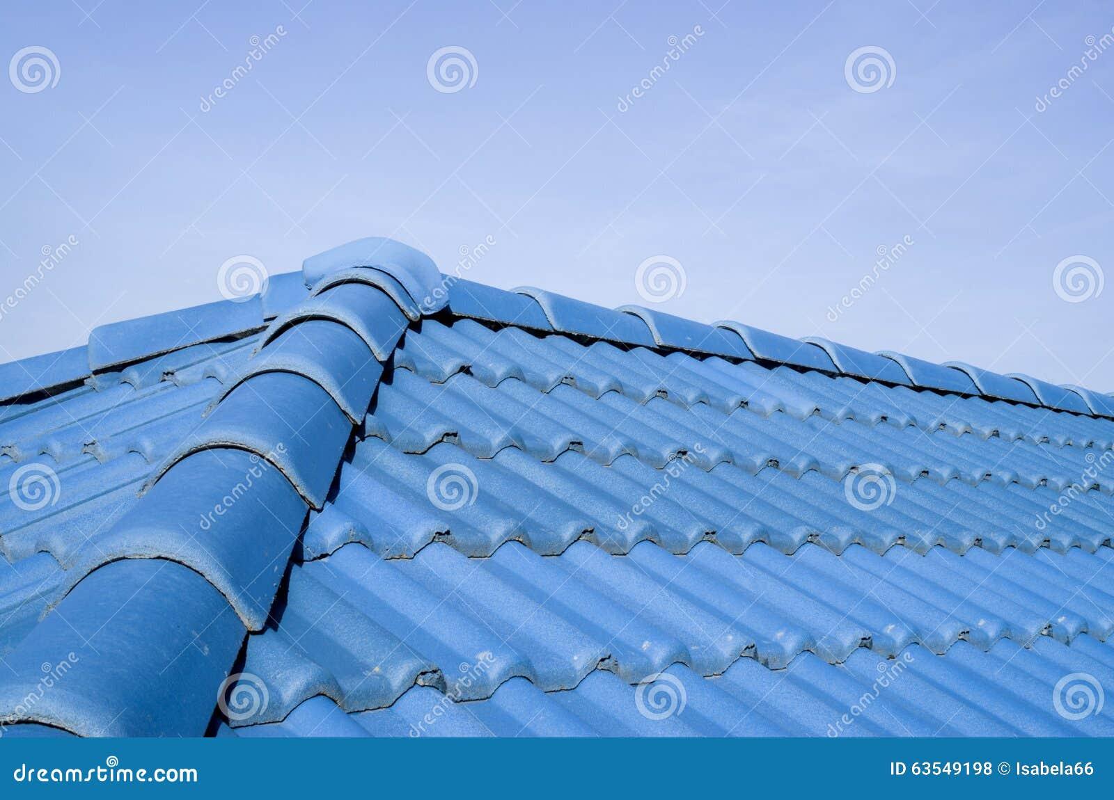 Nuovo tetto blu con le piastrelle di ceramica fotografia stock