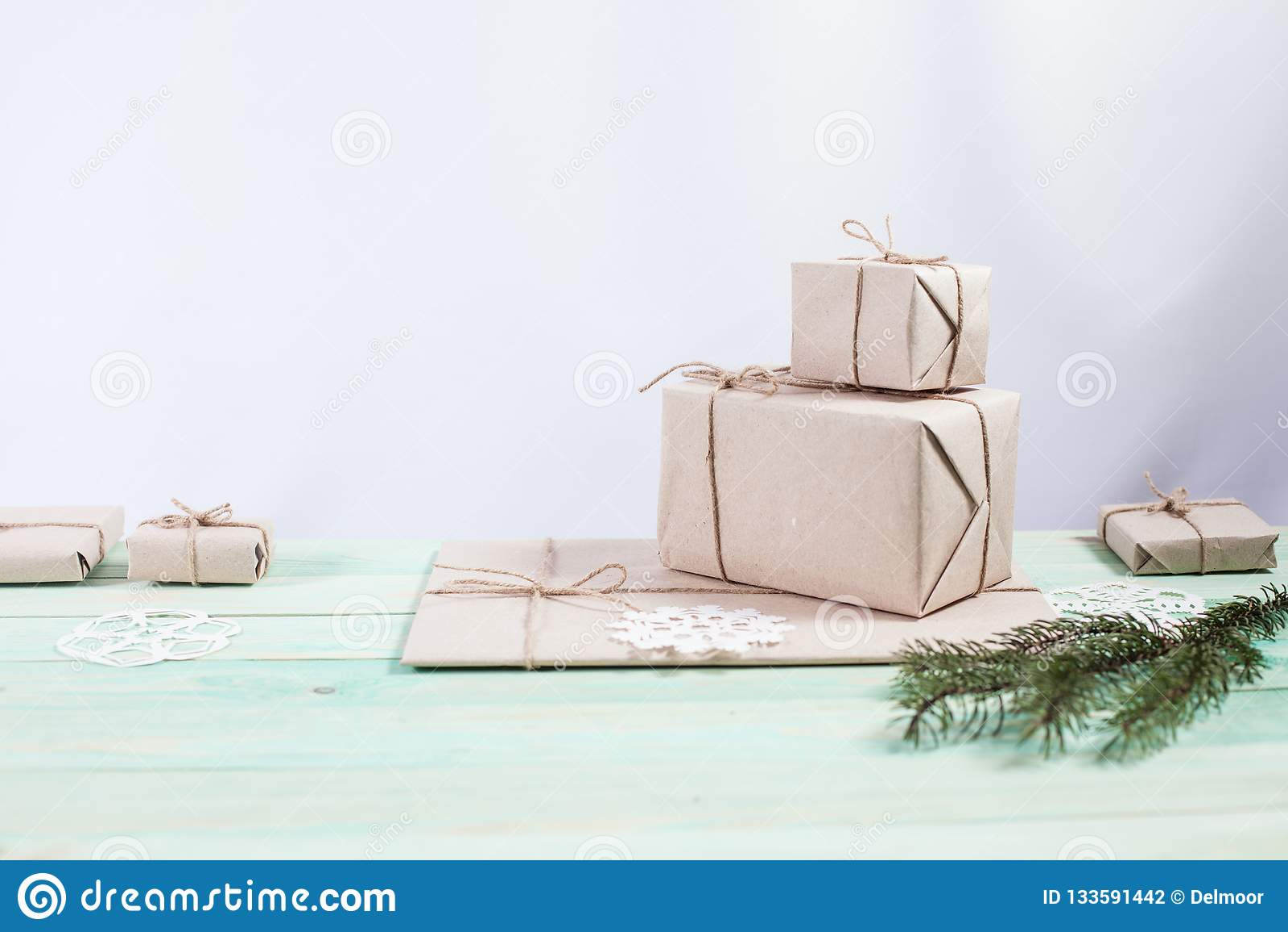 Nuovo Year& x27; regali di s in carta kraft