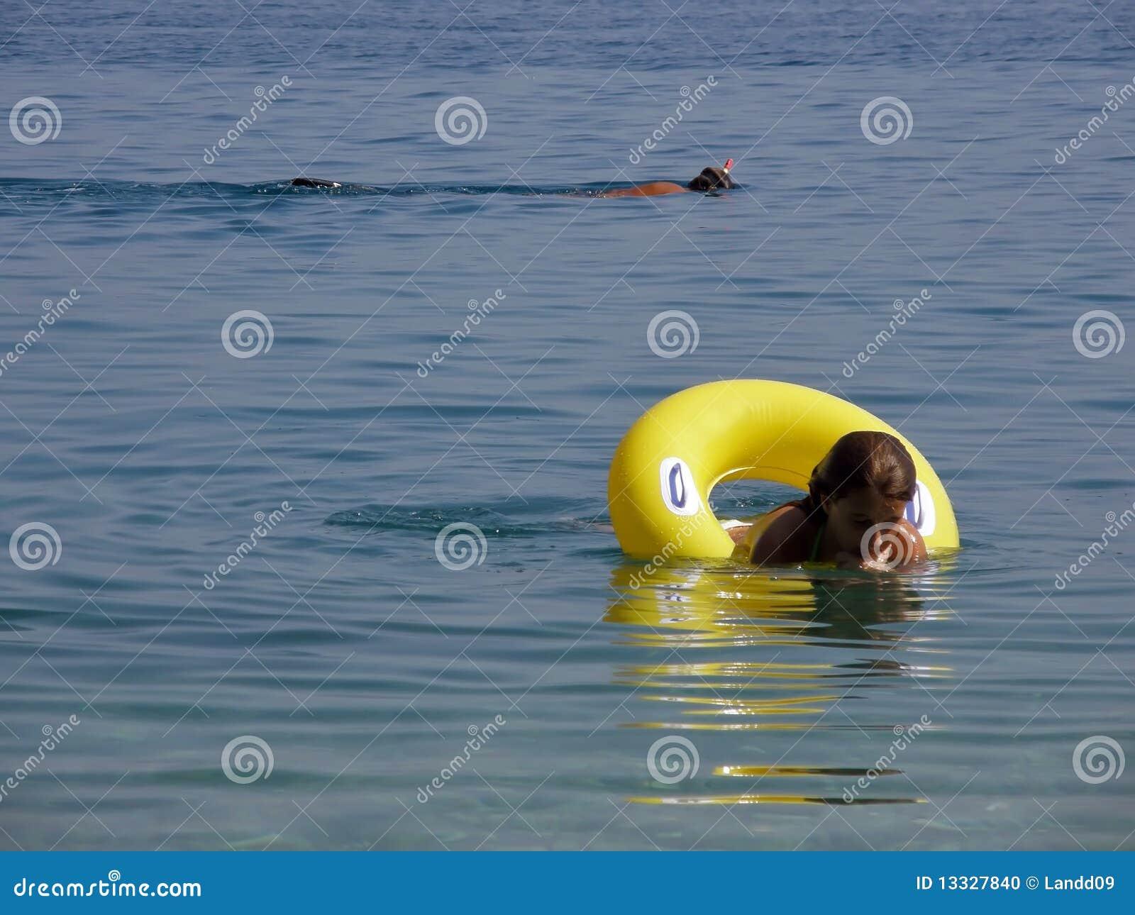 Nurek cieszy się dziewczyny morze