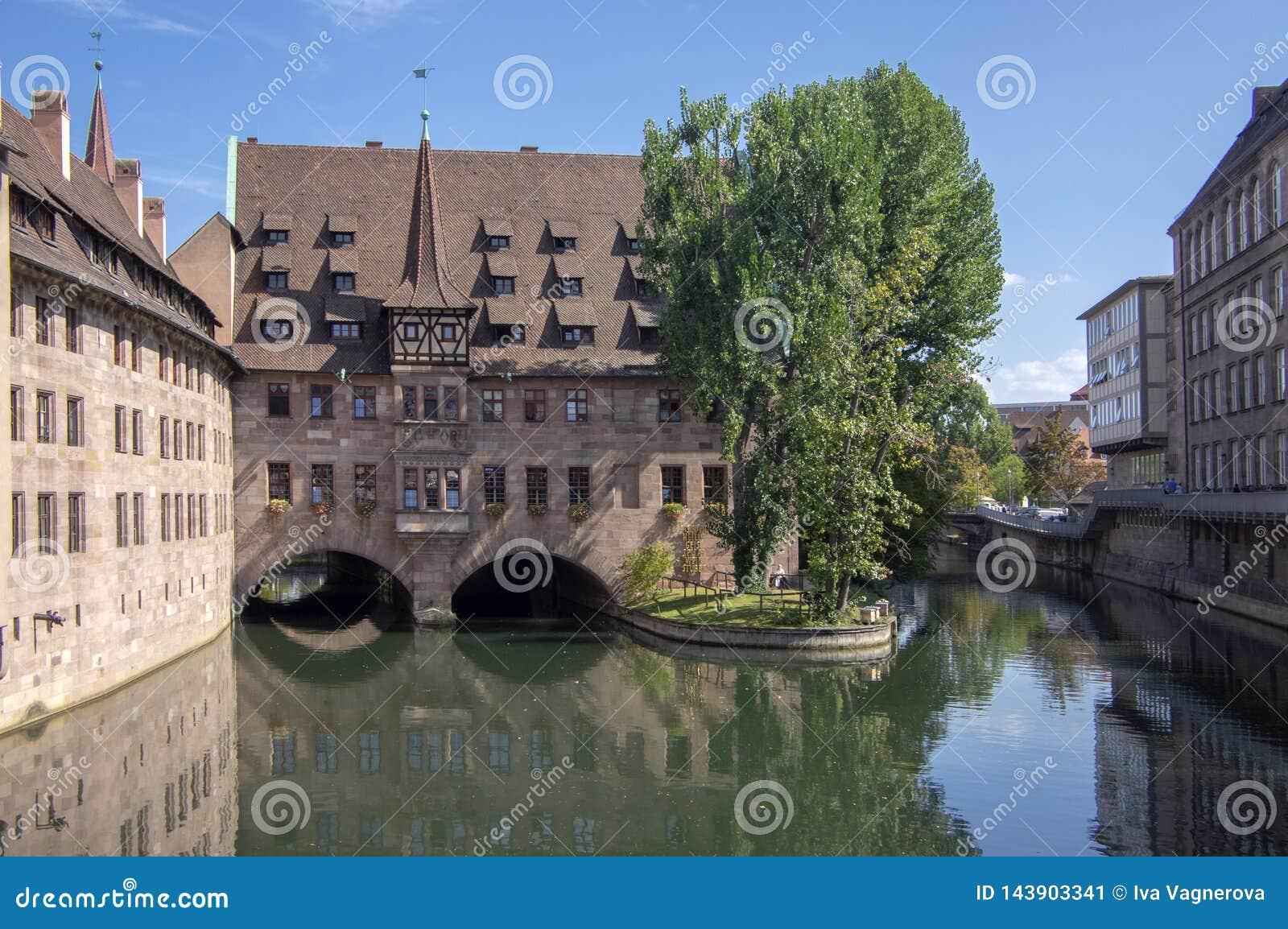 Nuremberg/ALEMANIA - 17 de septiembre de 2018: Heilig-Geist-Spital, hospicio del bulding histórico hermoso del Espíritu Santo en