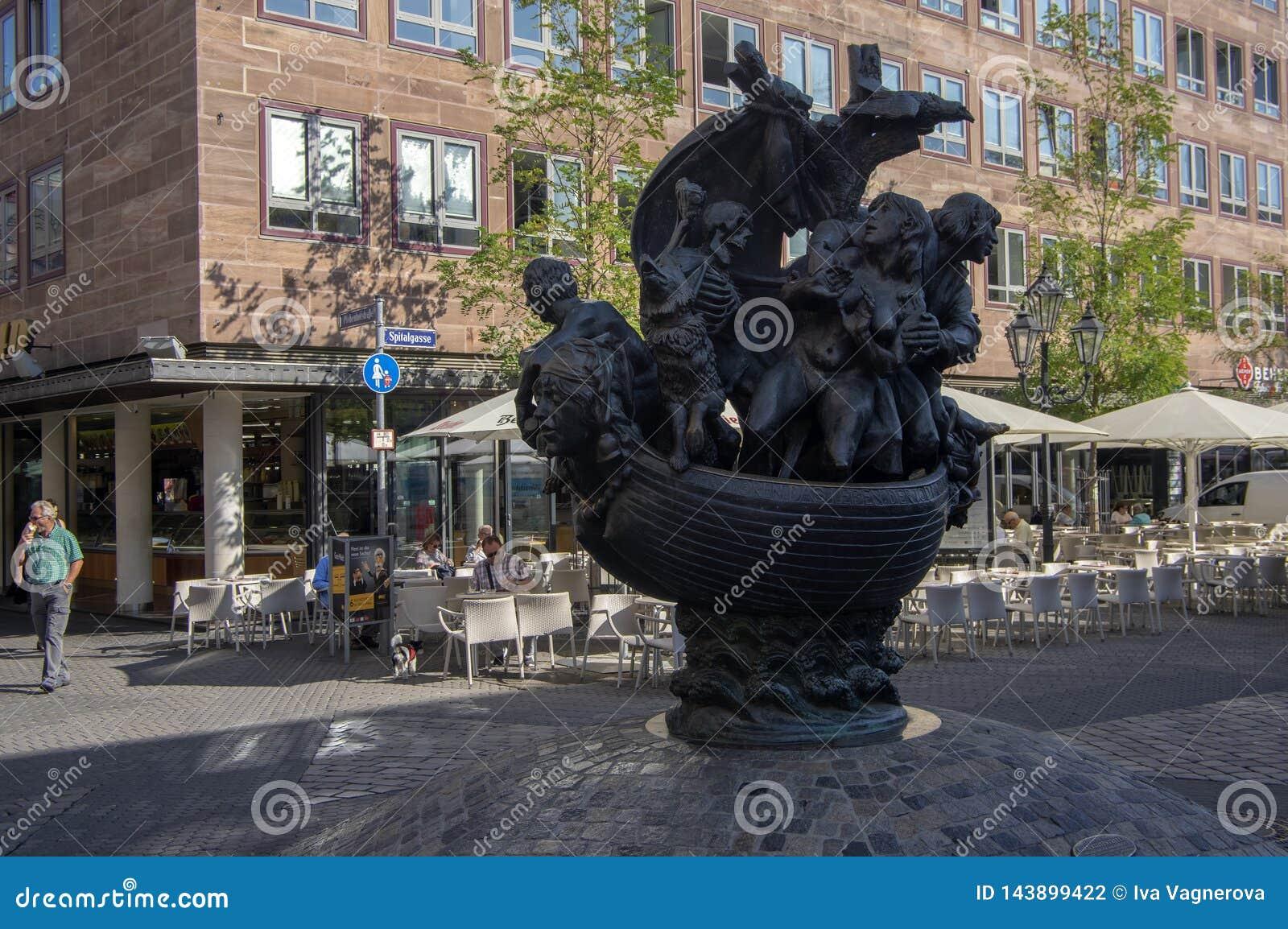 Nuremberg/DUITSLAND - September 17, 2018: Standbeeldschip van Dwazen - interessant die beeldhouwwerk op de straat van Nuremberg w