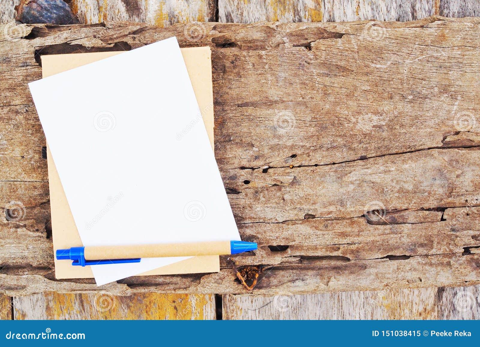 Nutowa książka i pióro na drewno desce