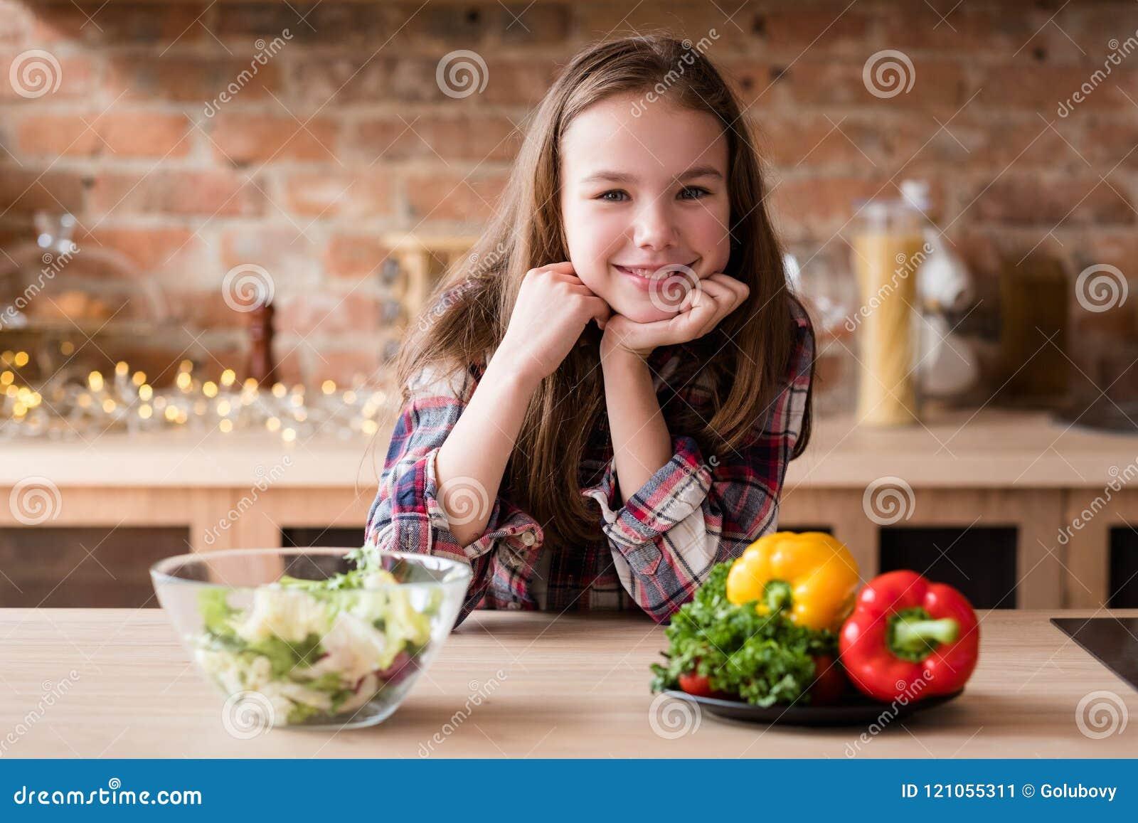 Nutrición sana sonriente de la comida de la ensalada del veggie de la muchacha