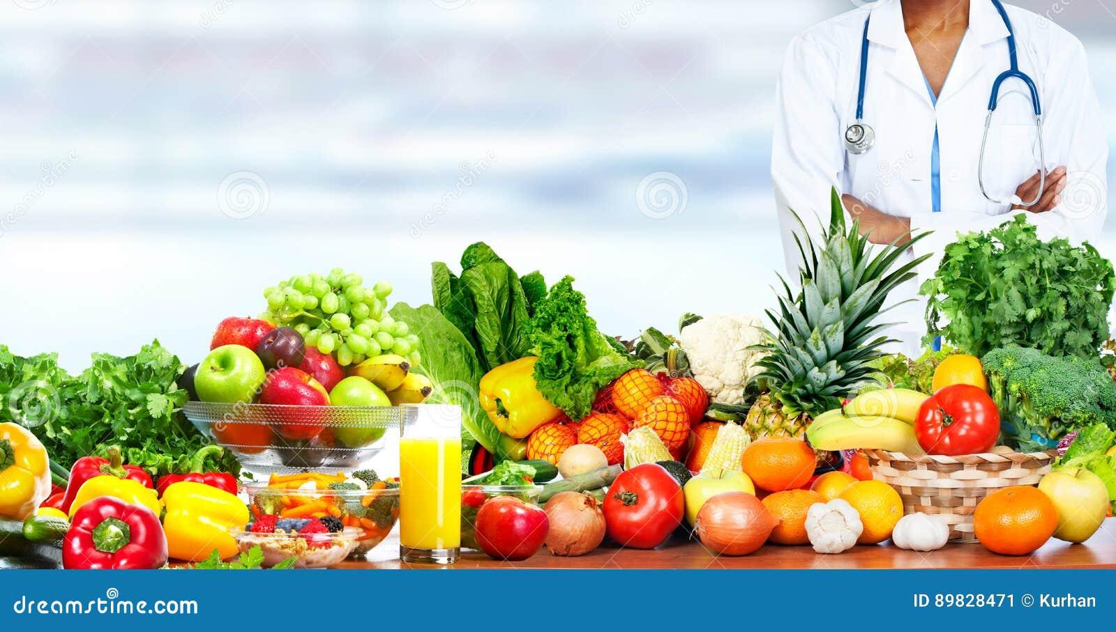 Nutricionista del doctor con las verduras