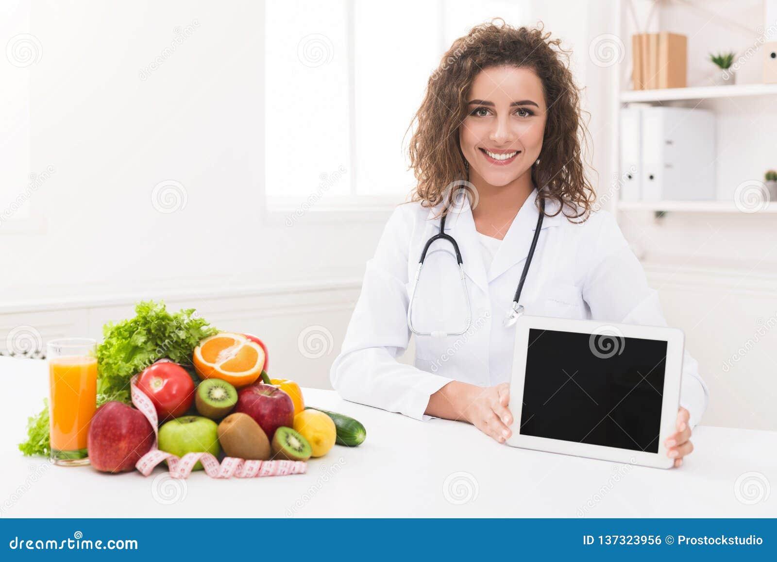Nutricionista do doutor que guarda a tabuleta digital vazia, modelo