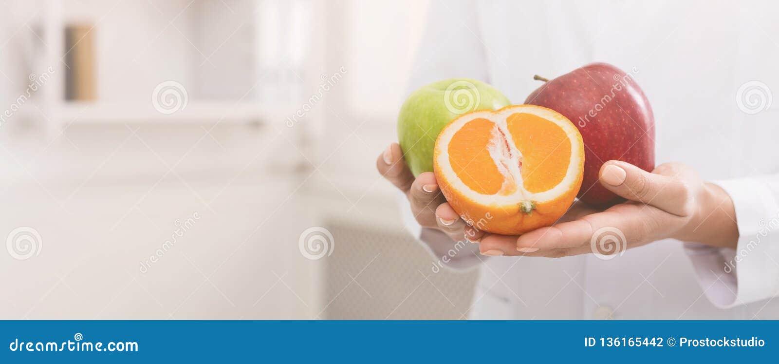 Nutricionista irreconocible que sostiene la fruta fresca, espacio de la copia