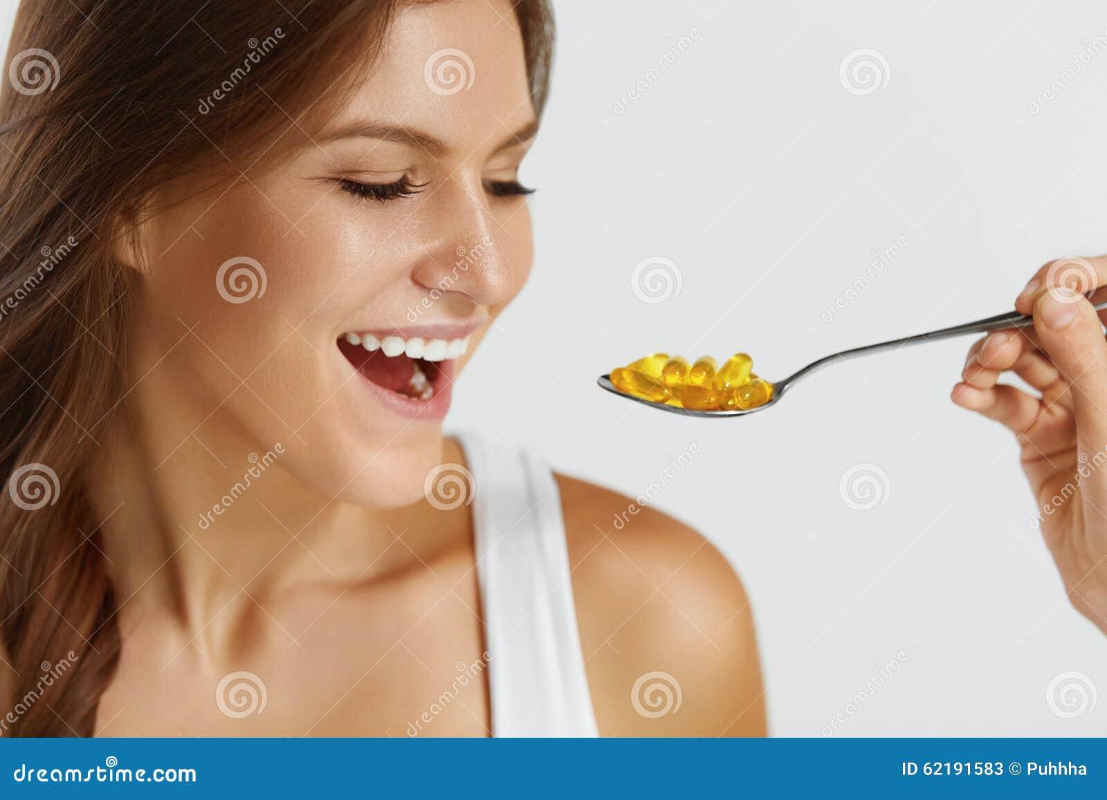 Nutrizione Vitamine Cibo sano Donna che mangia le pillole con Fis
