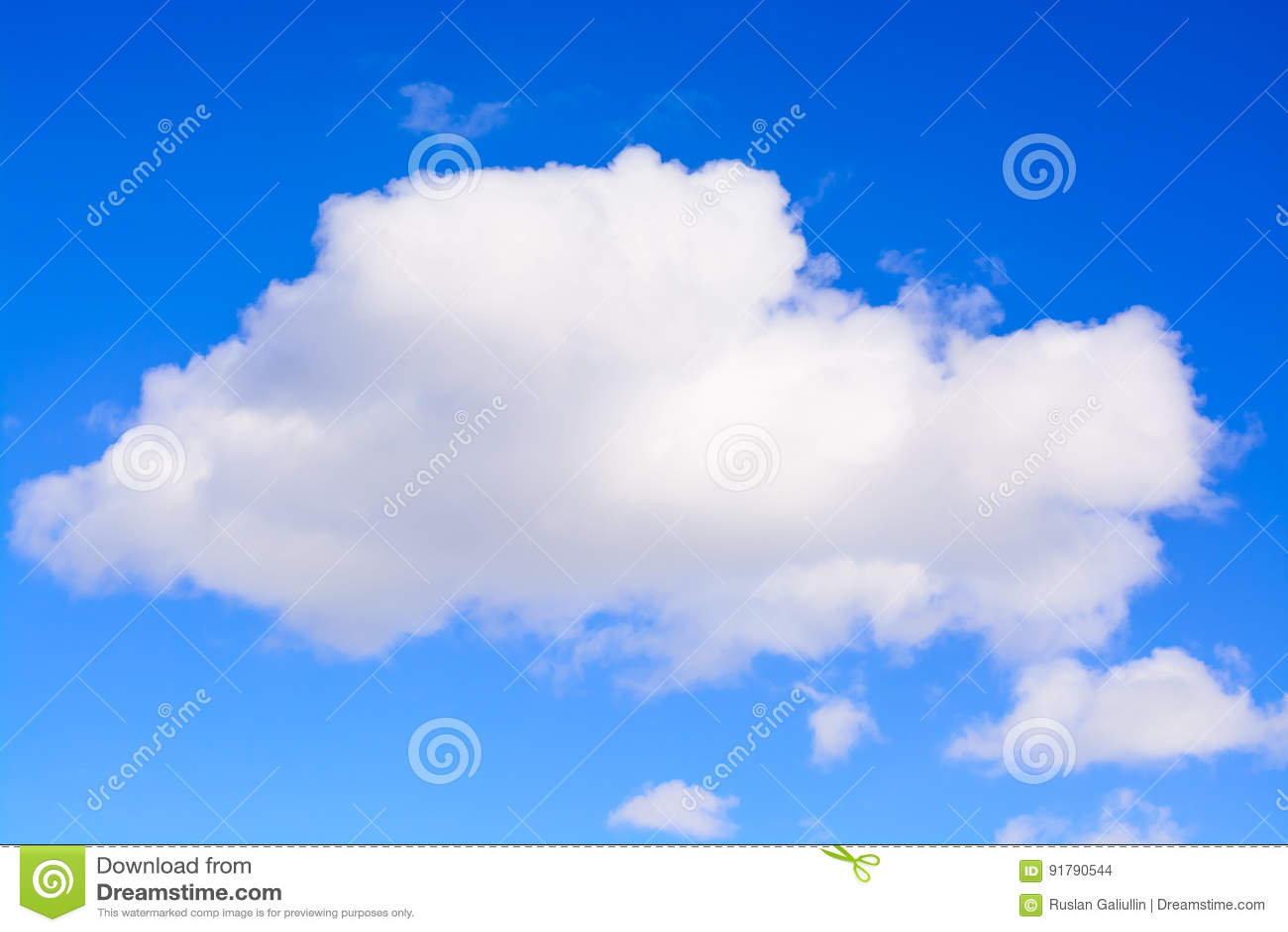 Nuvem branca inchado no céu azul Uma nuvem de cúmulo macia branca contra uma luz - close-up claro azul do céu inteiramente