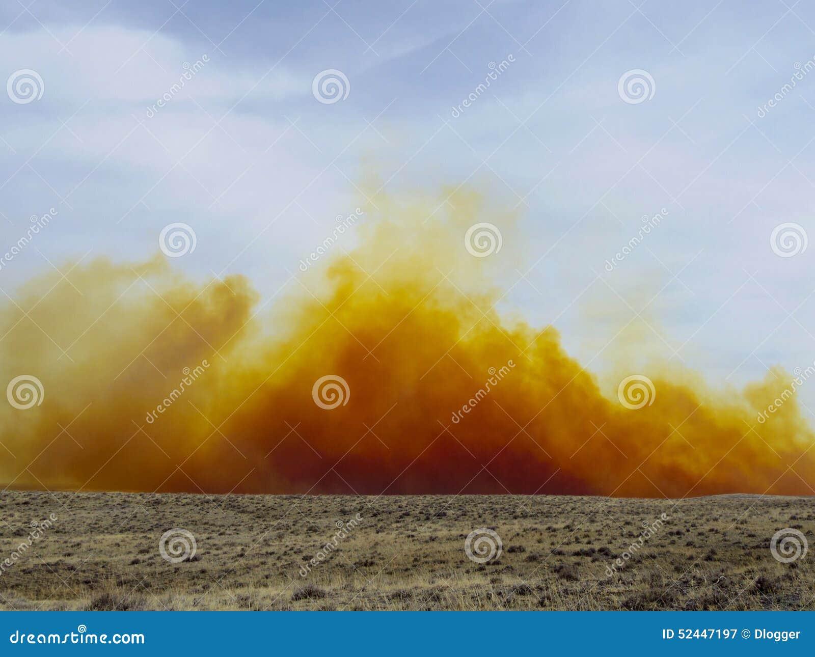 Nuvem de poeira do dióxido de nitrogênio de uma explosão da mina