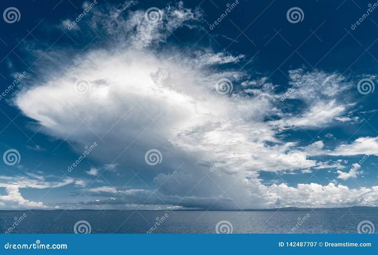 Nuvem gigante acima do mar