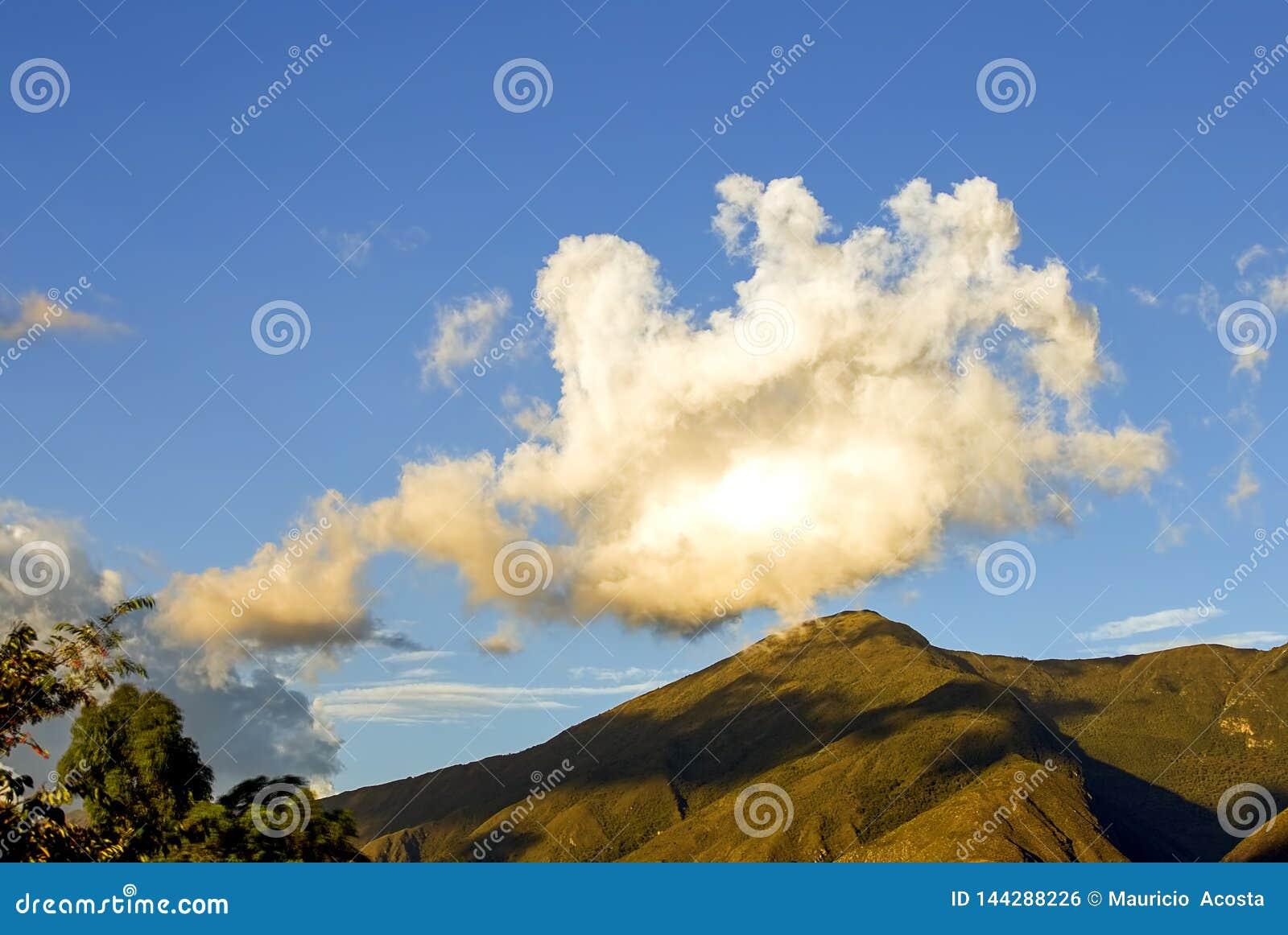 Nuvem grande sobre a montanha
