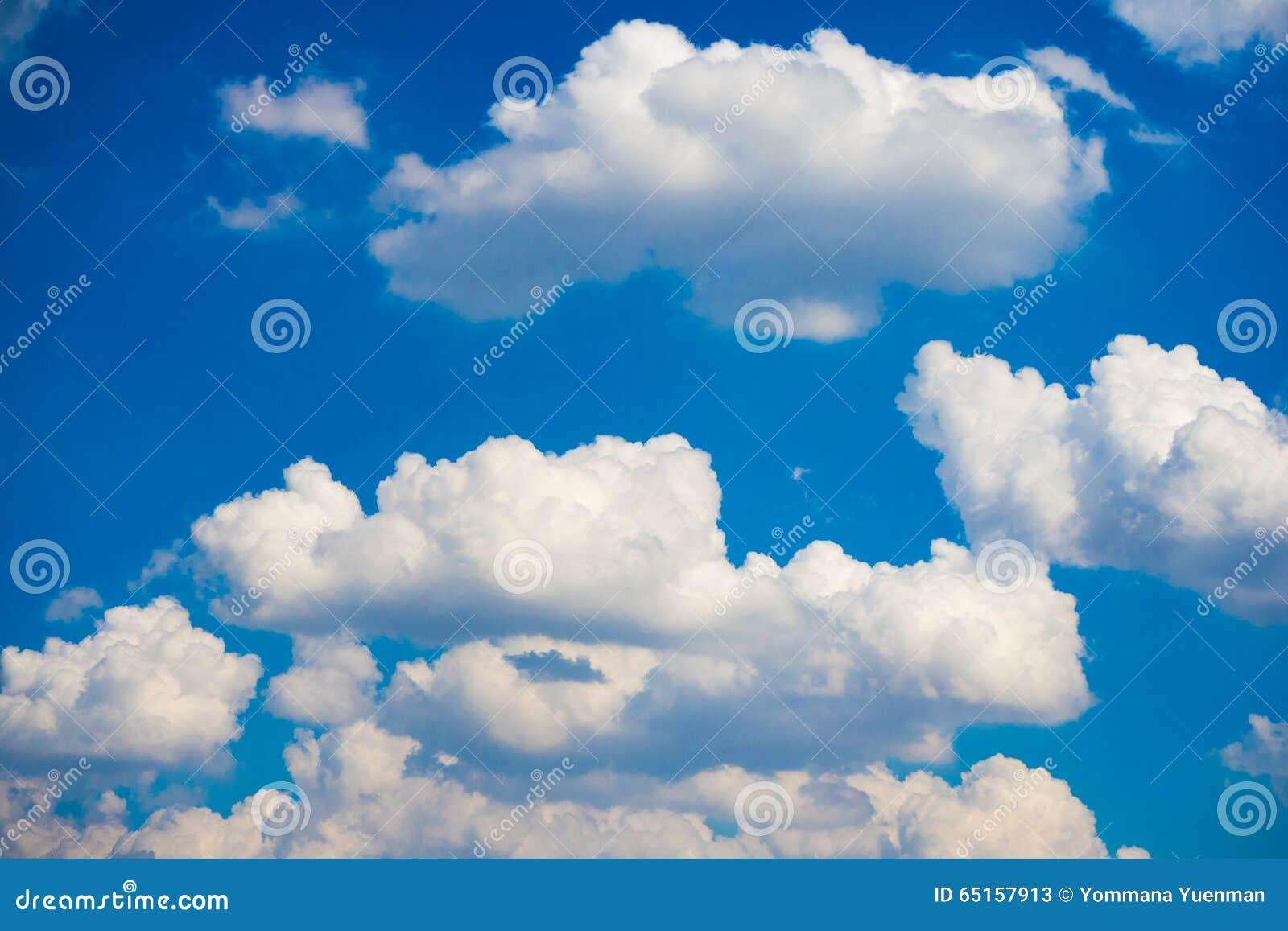 Nuvem macia com céu azul