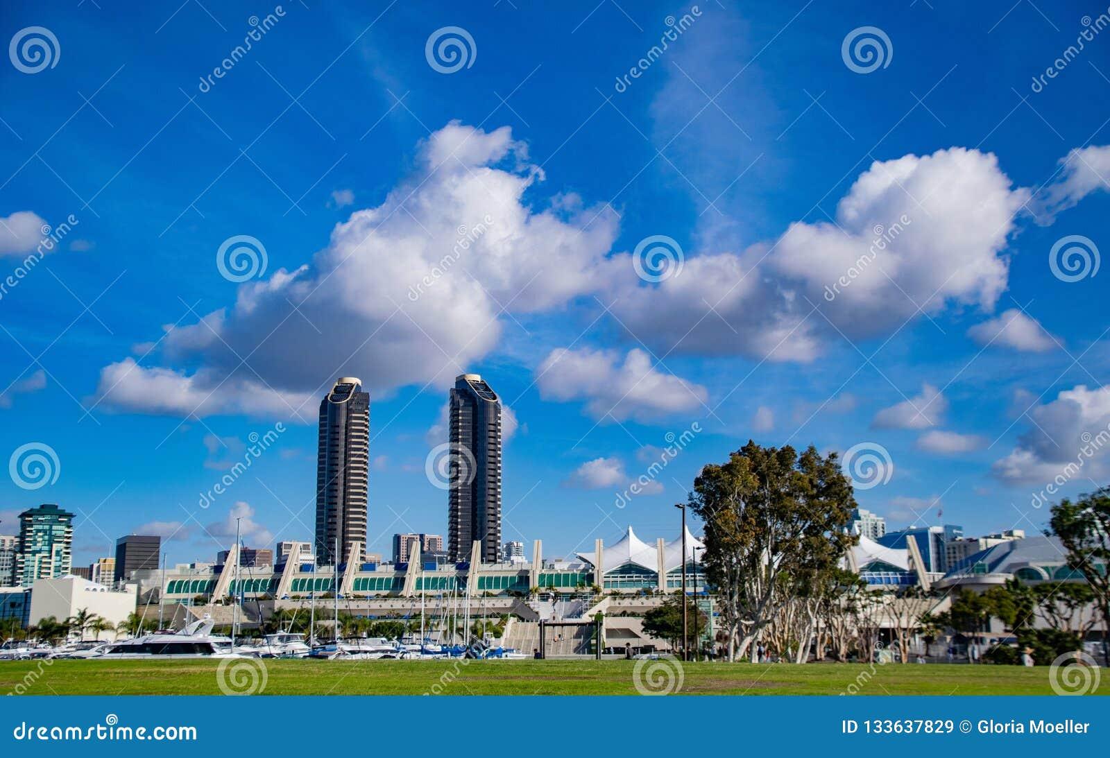 Nuvens acima do San Diego Convention Center