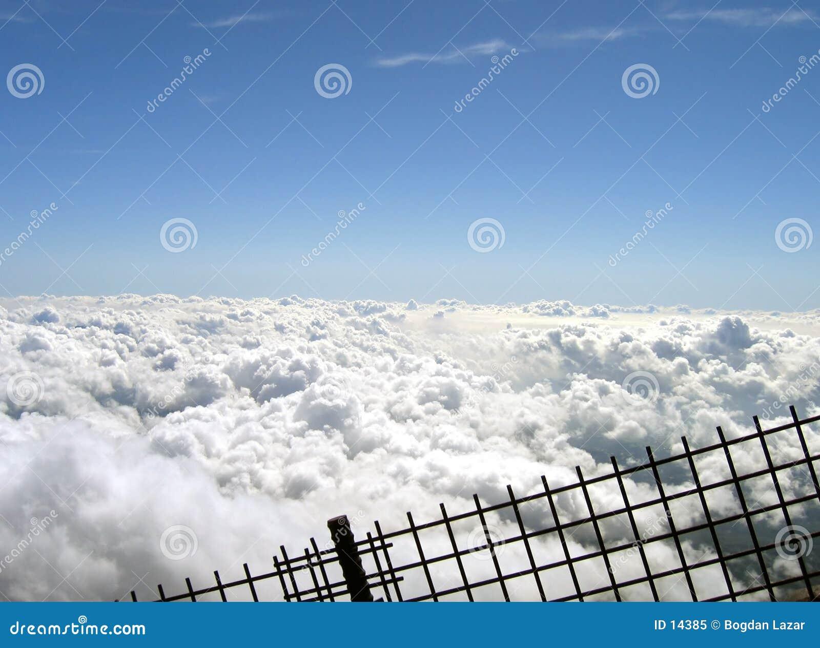 Nuvens atrás de uma cerca