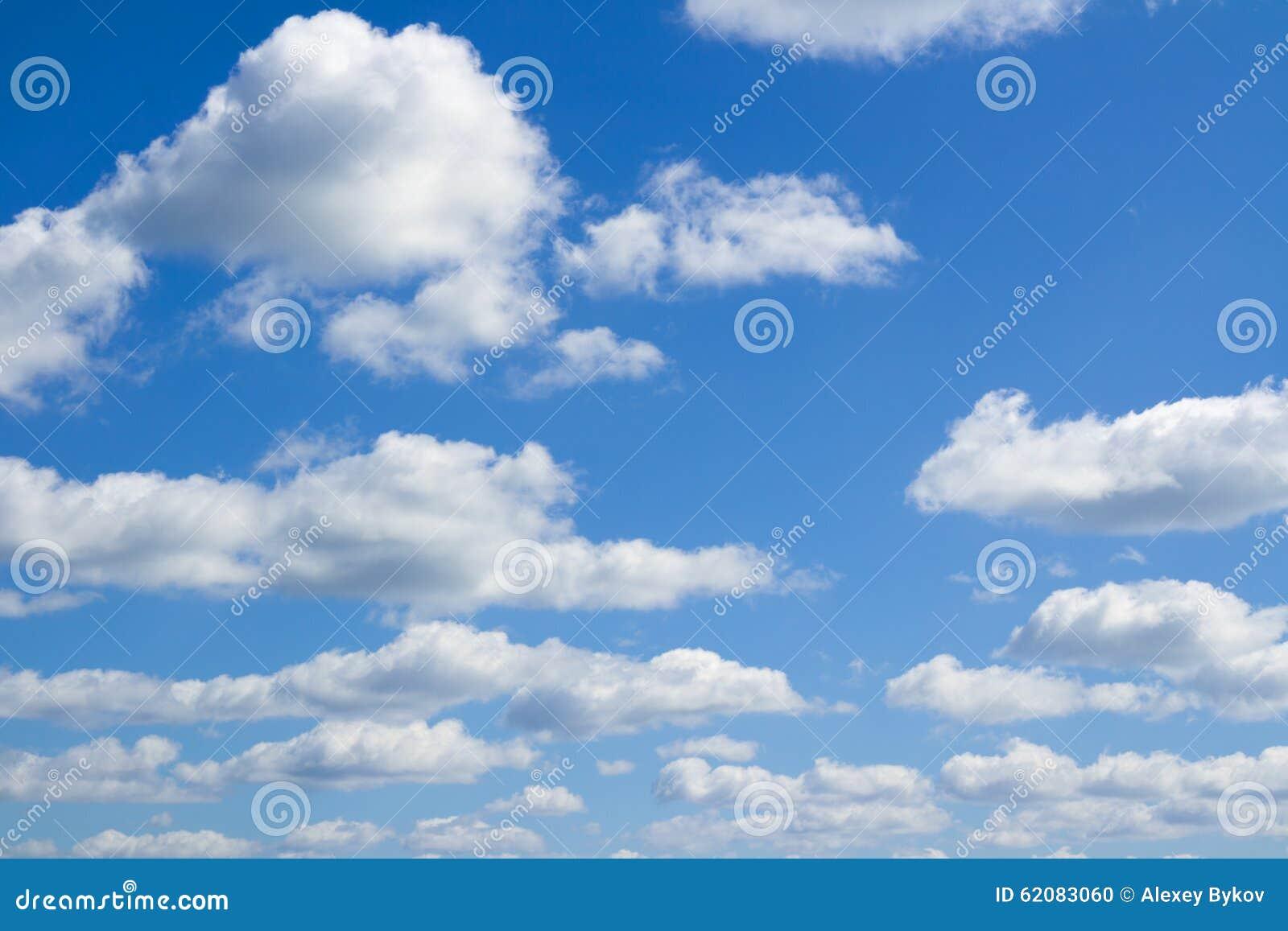 Nuvens azuis do céu, as grandes e as pequenas