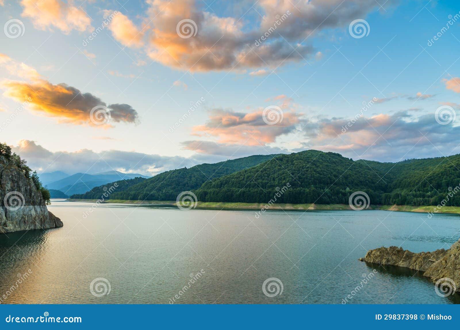 Nuvens e lago da montanha