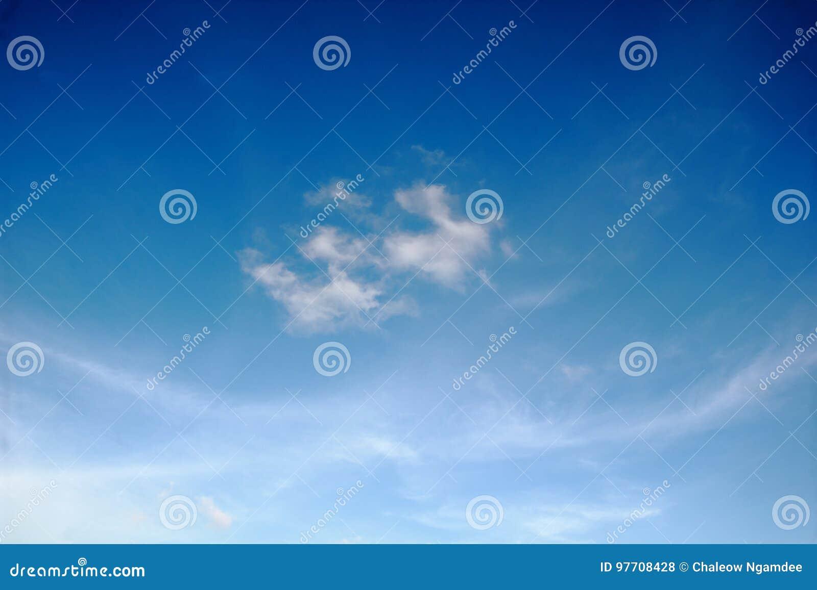 Nuvens brancas com céu azul