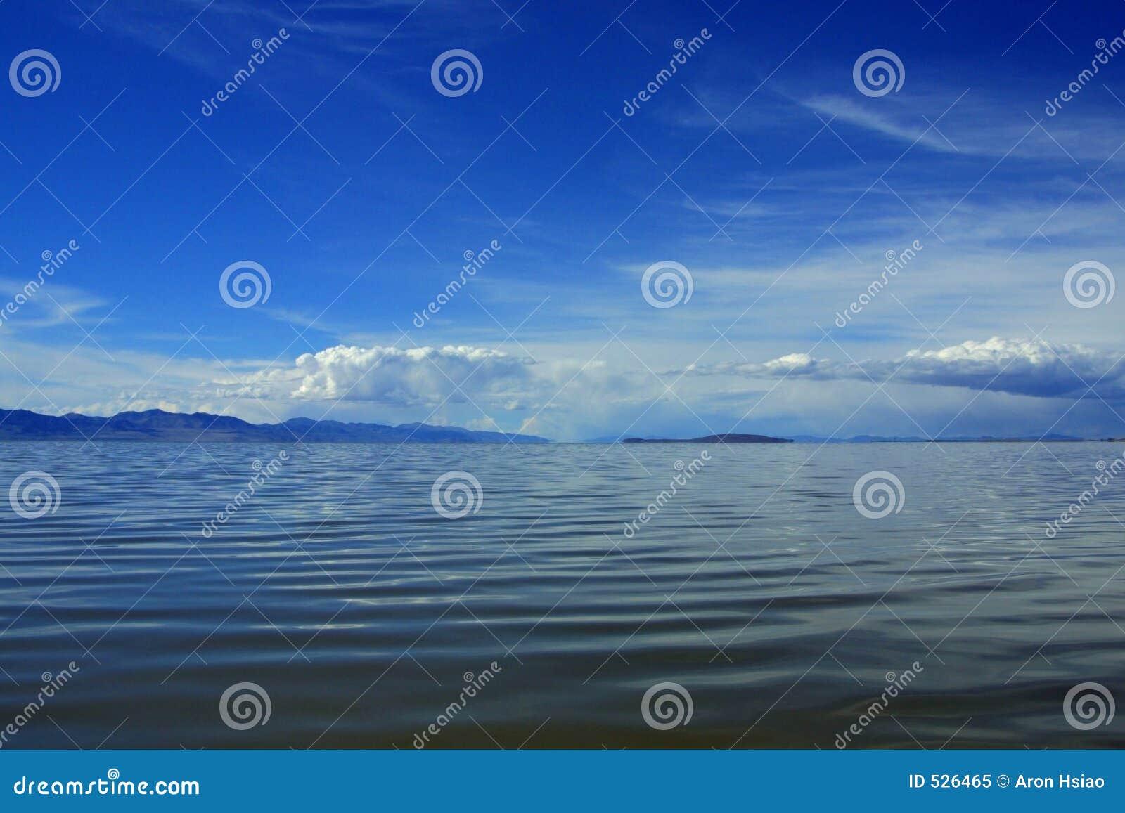Nuvens, céu, água, e montanhas