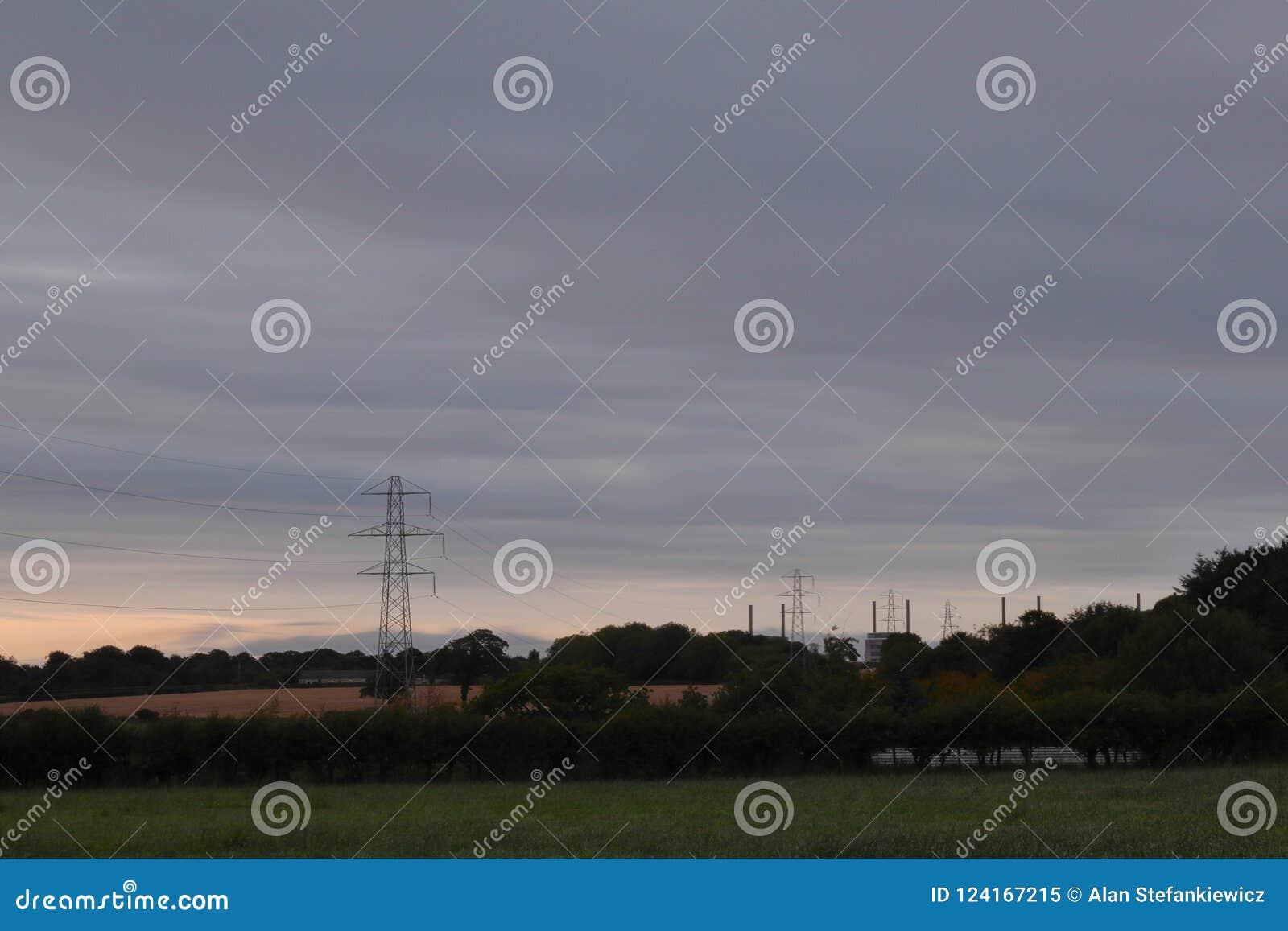 Nuvens cinzentas acima do central elétrica