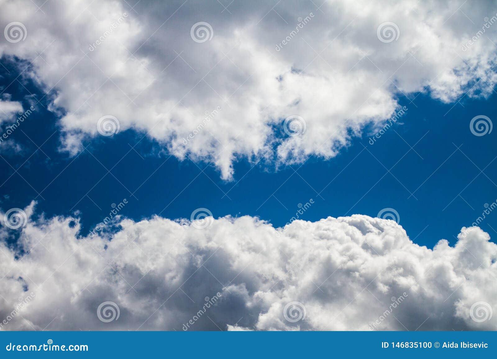Nuvens de Celestial Navy Blue Sky With