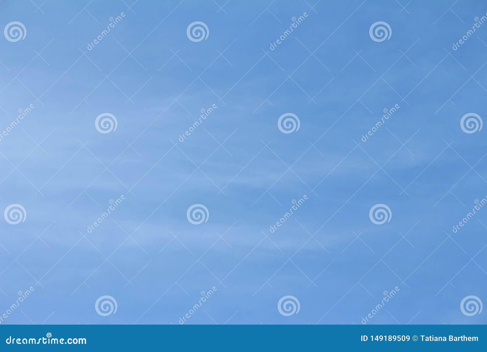 Nuvens de cirro no c?u azul na manh?