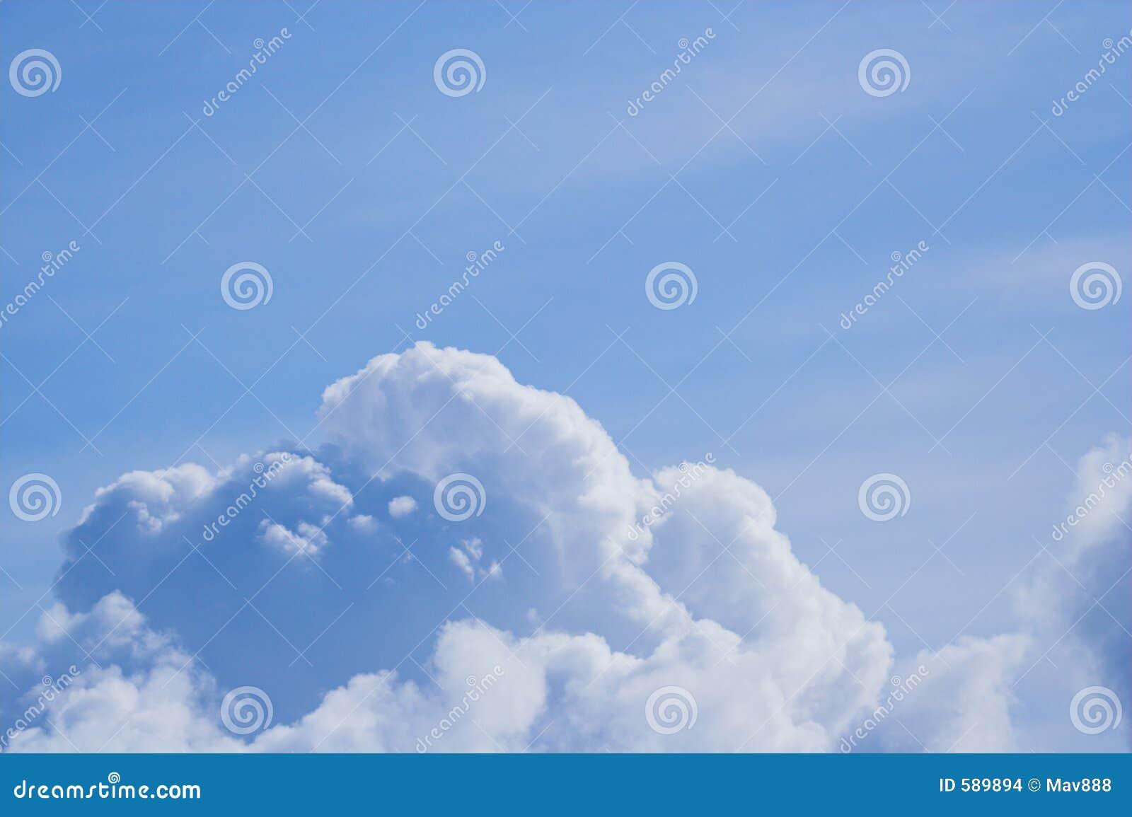 Nuvens de encontro a um céu azul
