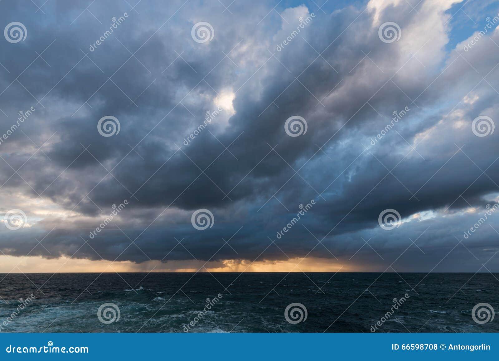 Nuvens de tempestade de aproximação
