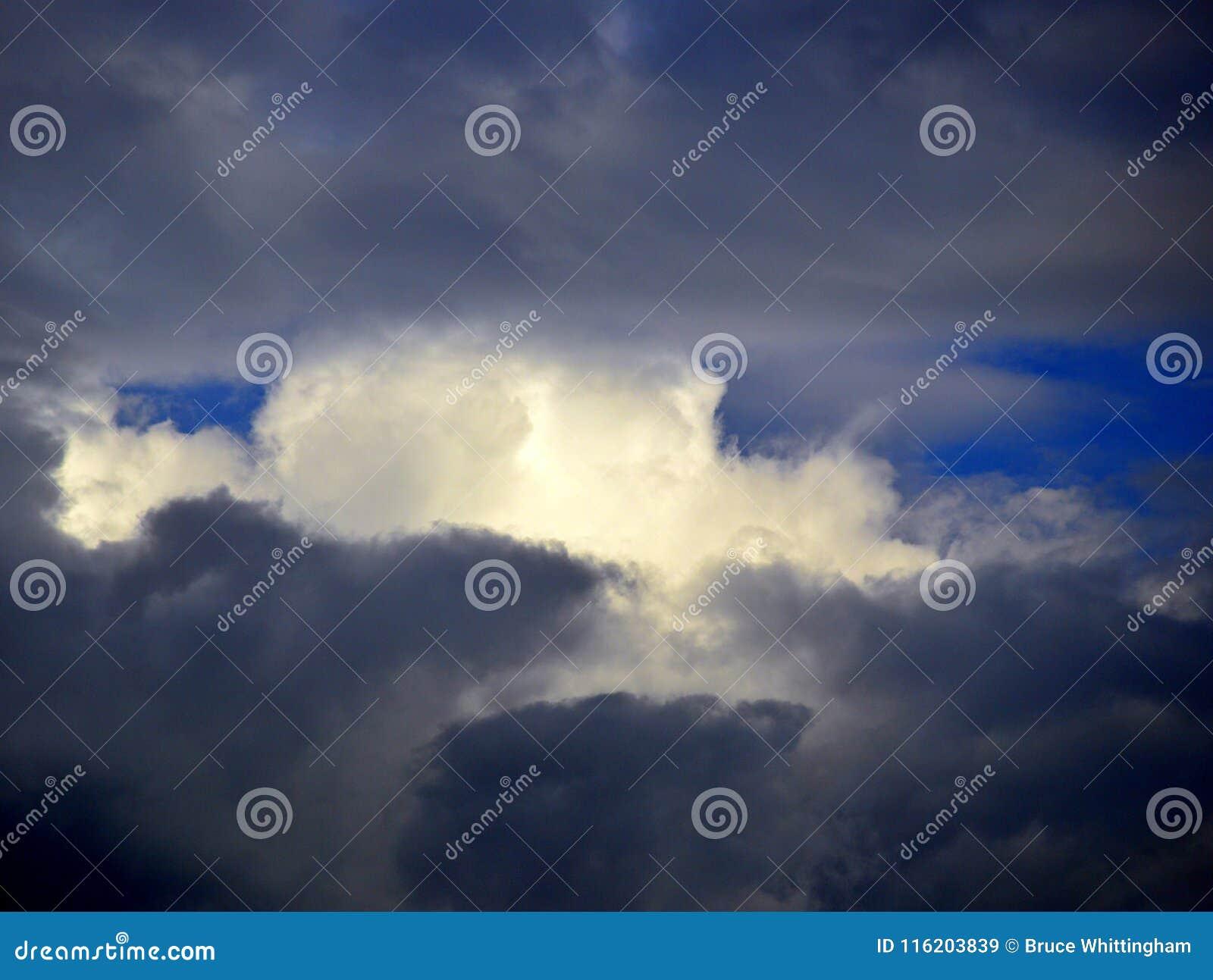 Nuvens de tempestade escuras com céu azul e a nuvem branca em Gap