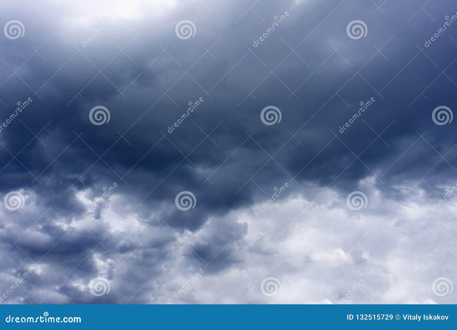 Nuvens de tempestade escuras com fundo, nuvens escuras antes de uma trovão-tempestade