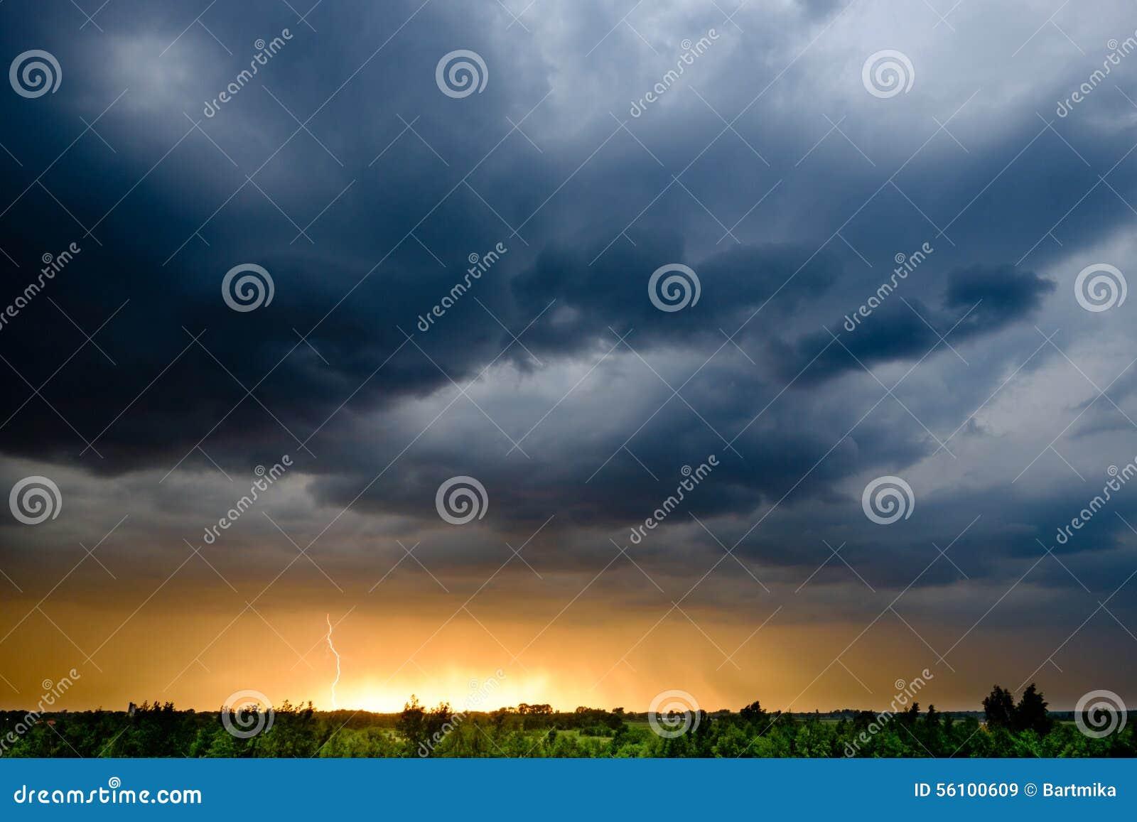 Nuvens de tempestade escuras no Polônia