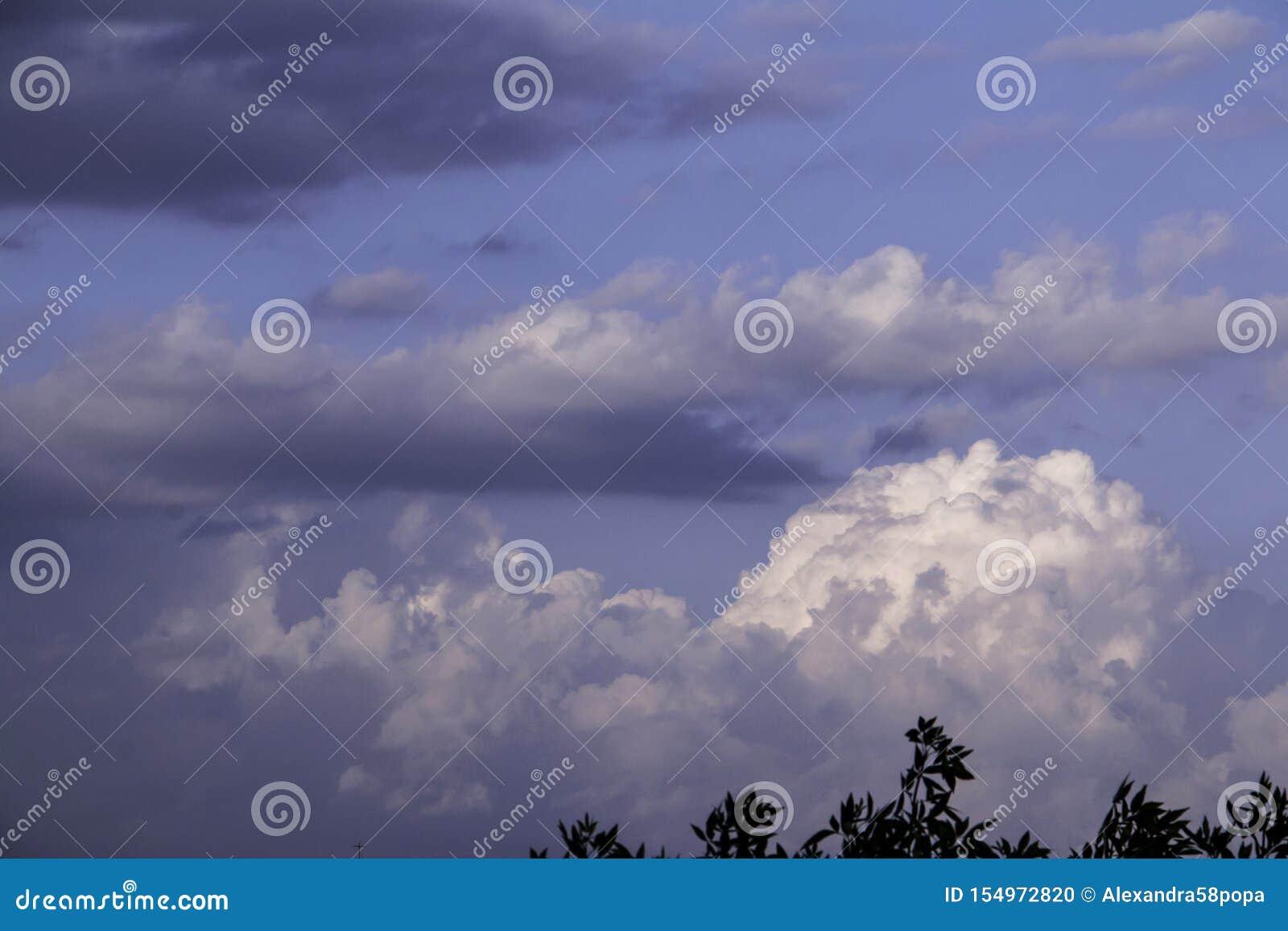 Nuvens de tempestade no c?u azul