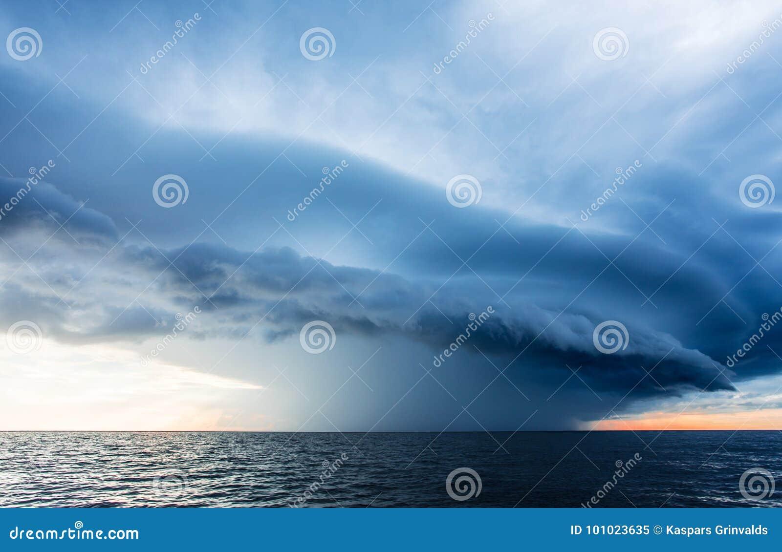 Nuvens de tempestade no mar