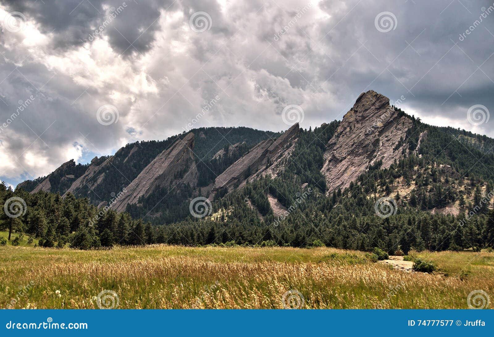 Nuvens de tempestade sobre as montanhas do ferro de passar roupa em Boulder, Colorado