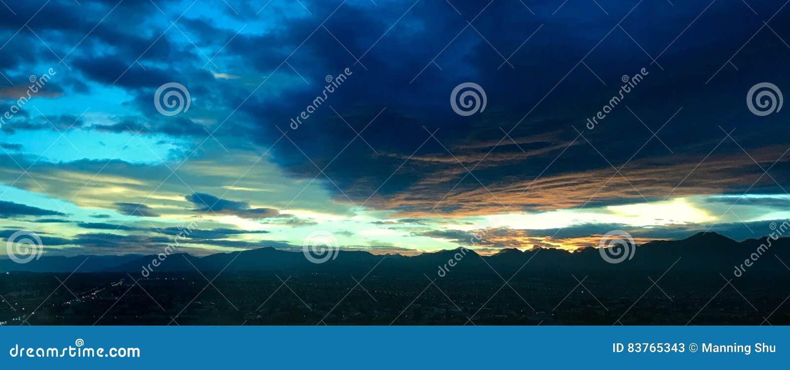 Nuvens do por do sol do nascer do sol do verde azul