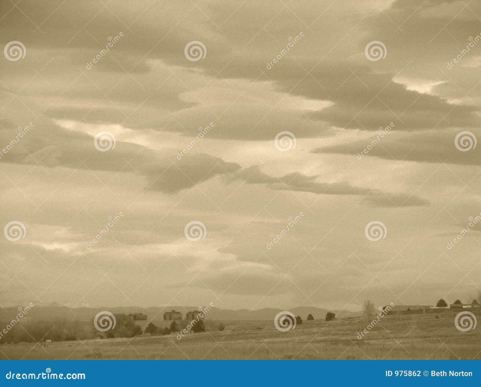 Nuvens do Sepia sobre o campo