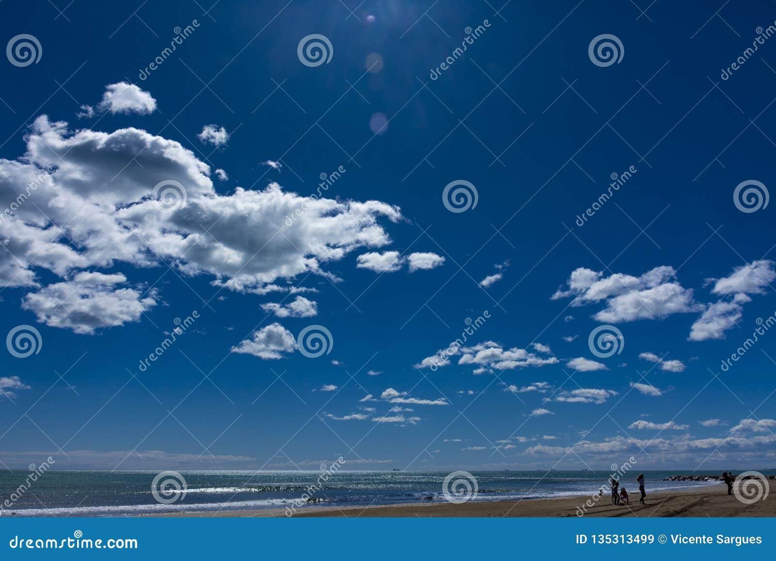 Nuvens e céu azul na praia