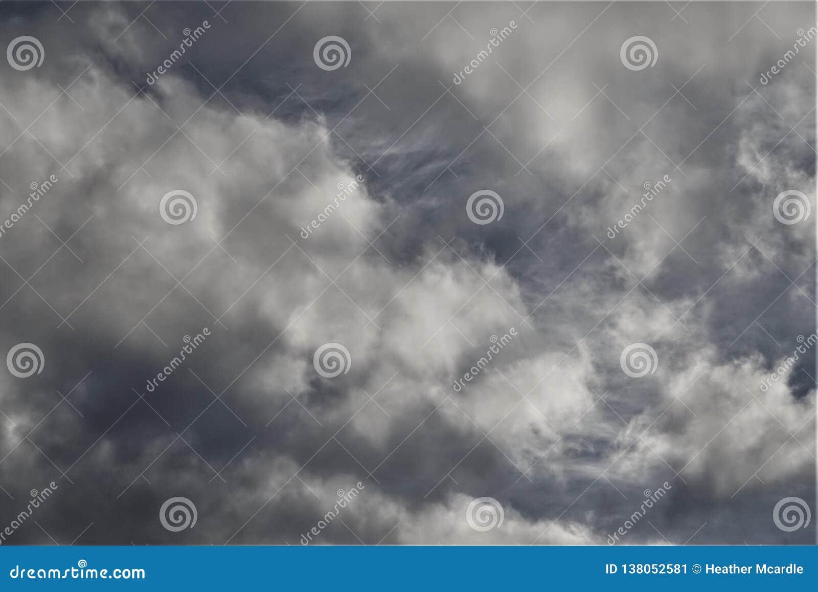 Nuvens e mechas cinzentas