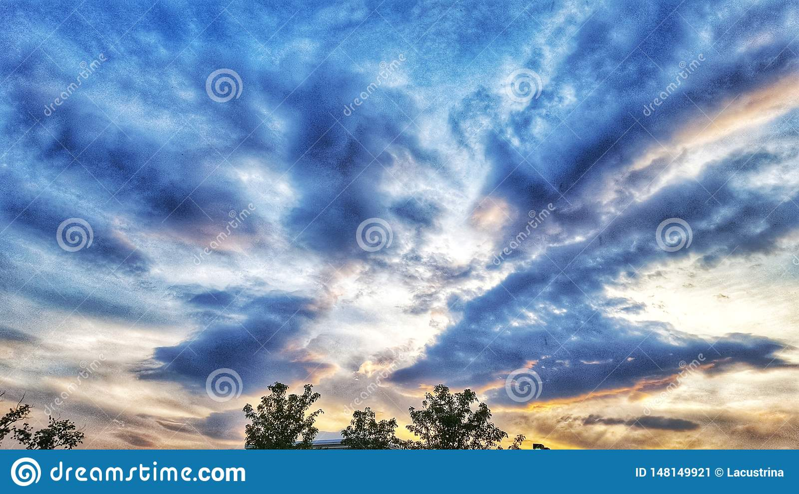 Nuvens escuras antes do por do sol