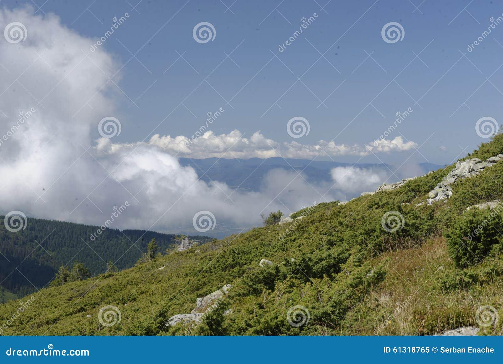 Nuvens sobre o montanhês, montanhas de Apuseni, Romênia