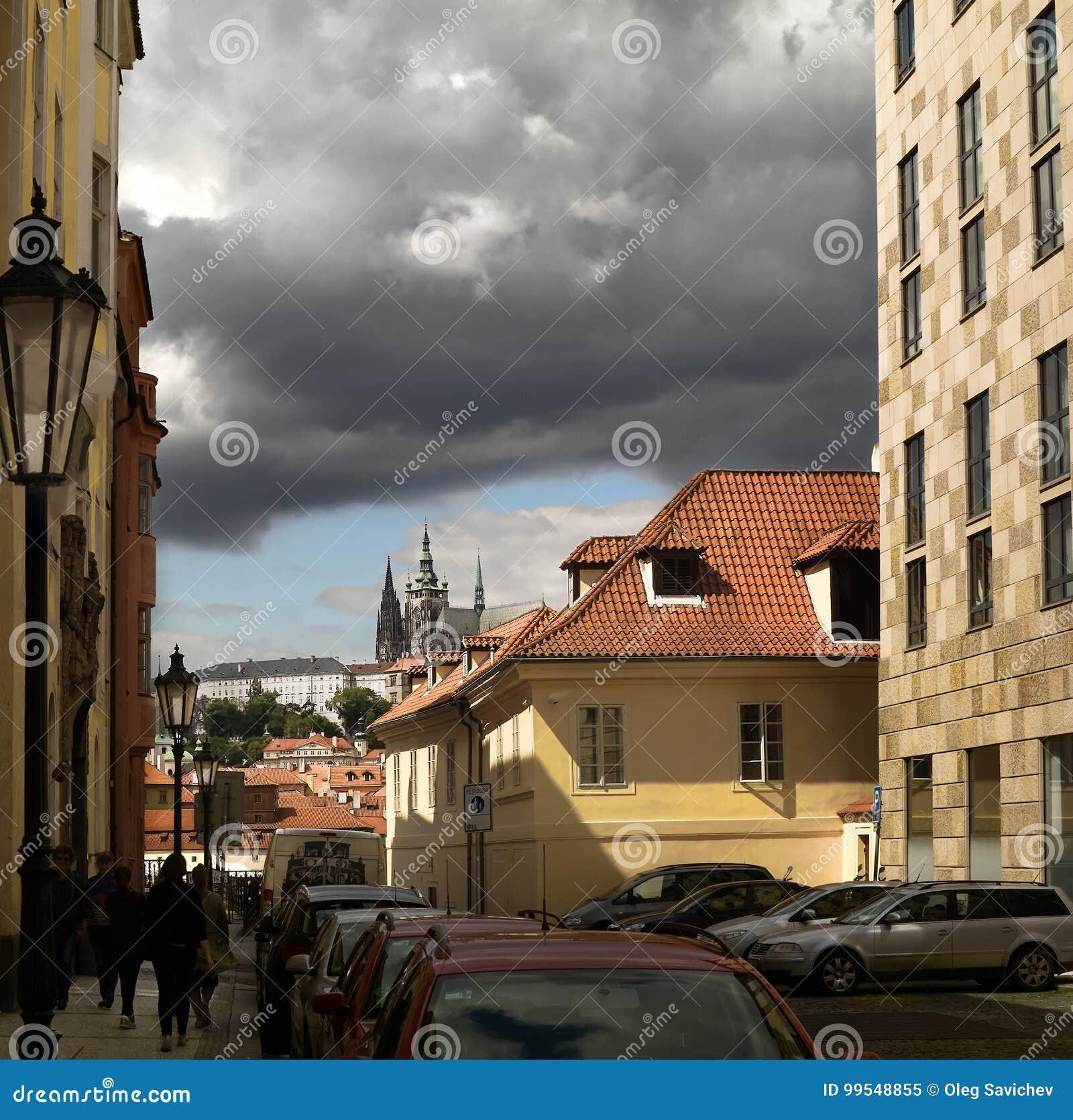Nuvens sobre Praga Vista de St Vitus Cathedral Prague Castle, República Checa, Praga do lado de uma aleia pequena