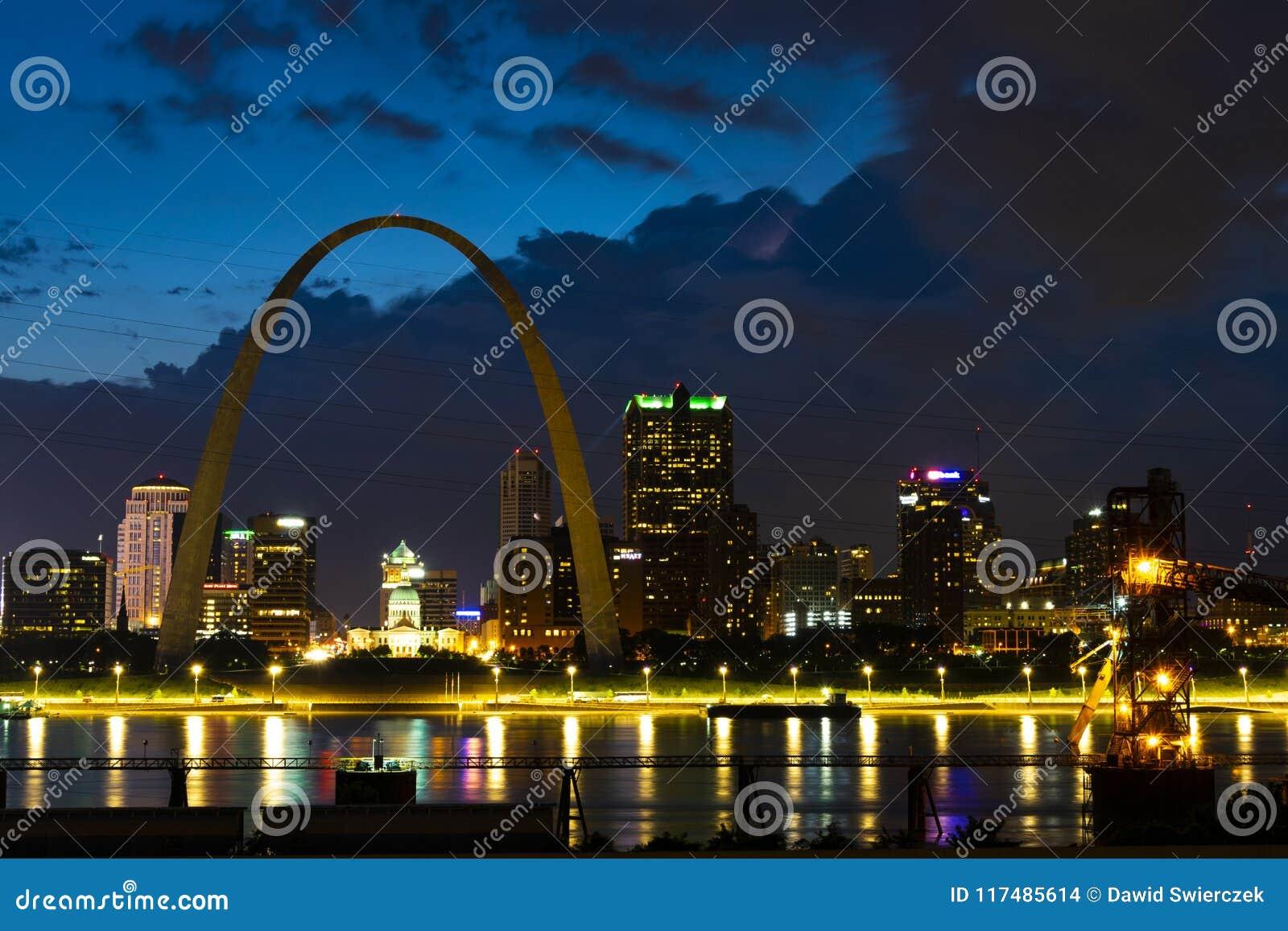 Nuvens sobre Saint Louis Gateway Arch