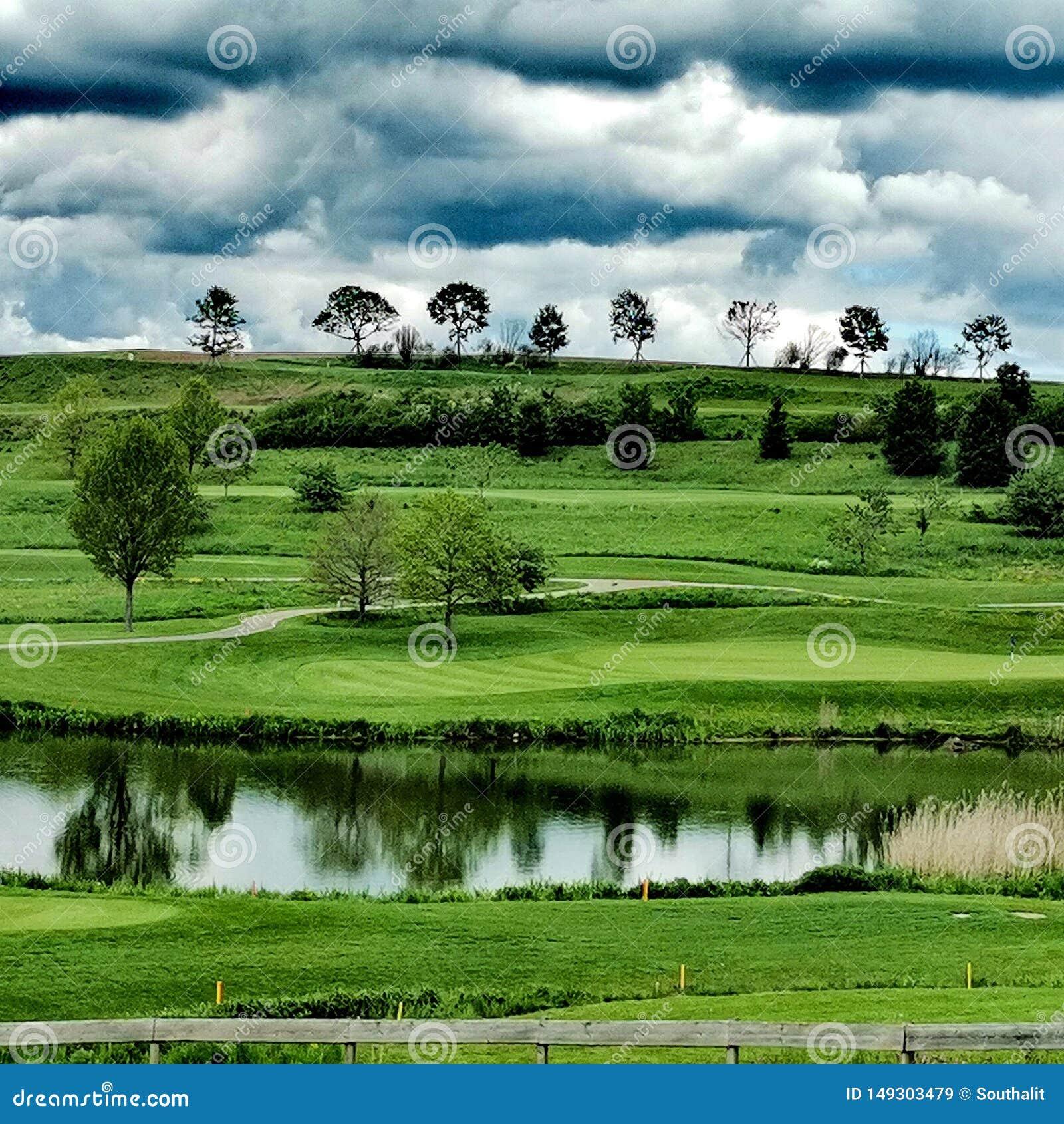 Nuvens sobre um campo de golfe