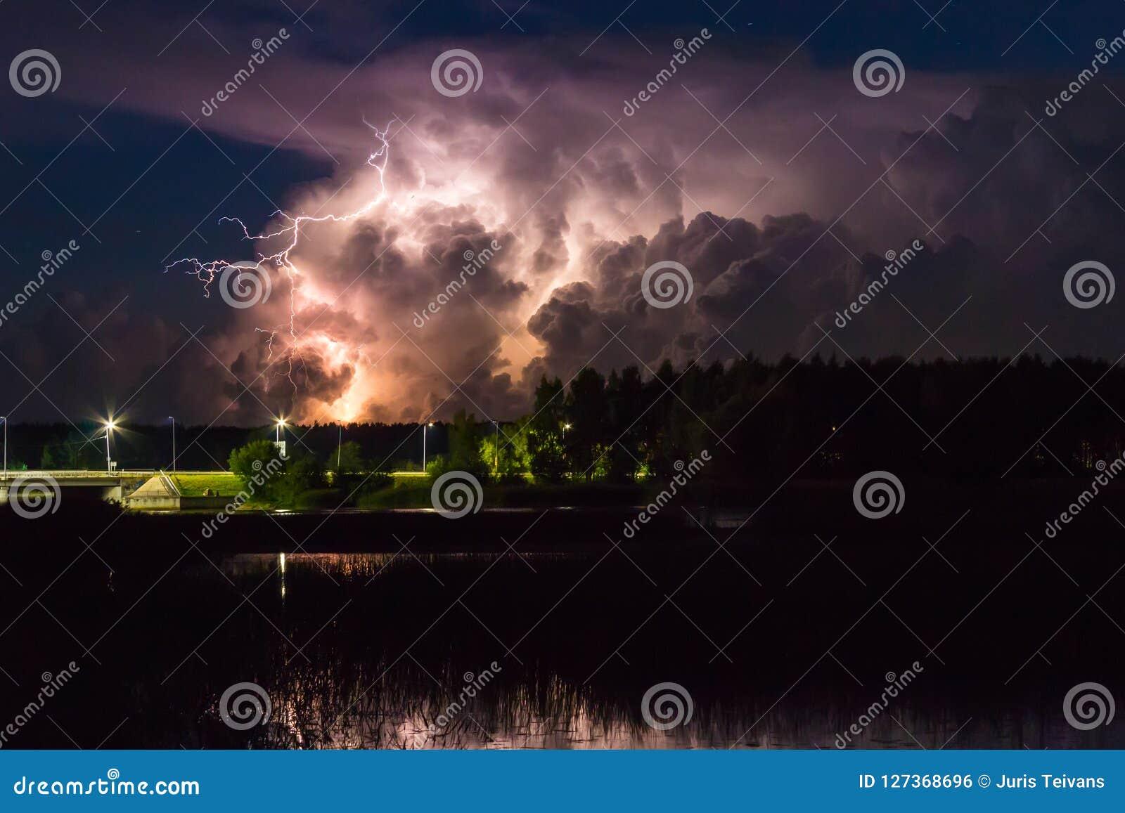 Nuvola di temporale nelle prime ore del mattino, di estate prima dei sunris