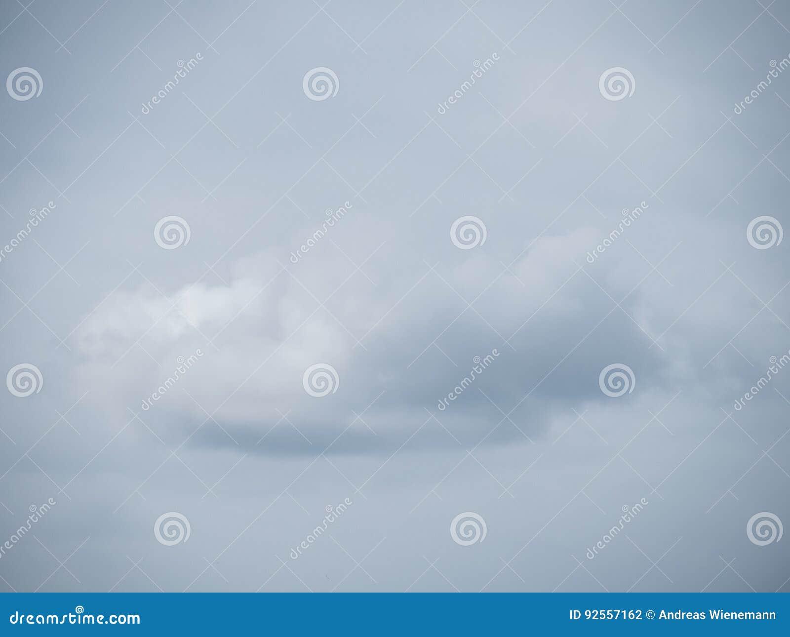Nuvola sola prima di un cielo nuvoloso