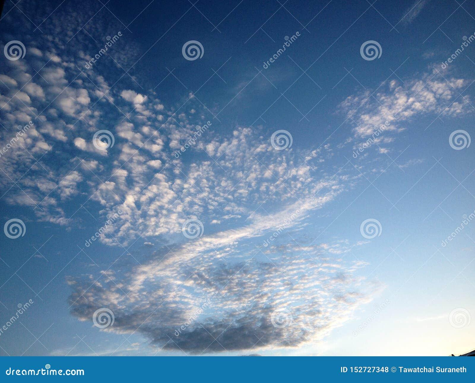 Nuvola sul cielo e sui precedenti di bellezza