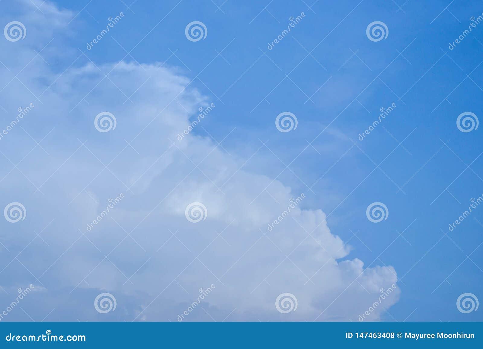 Nuvole bianche lanuginose su cielo blu profondo di estate