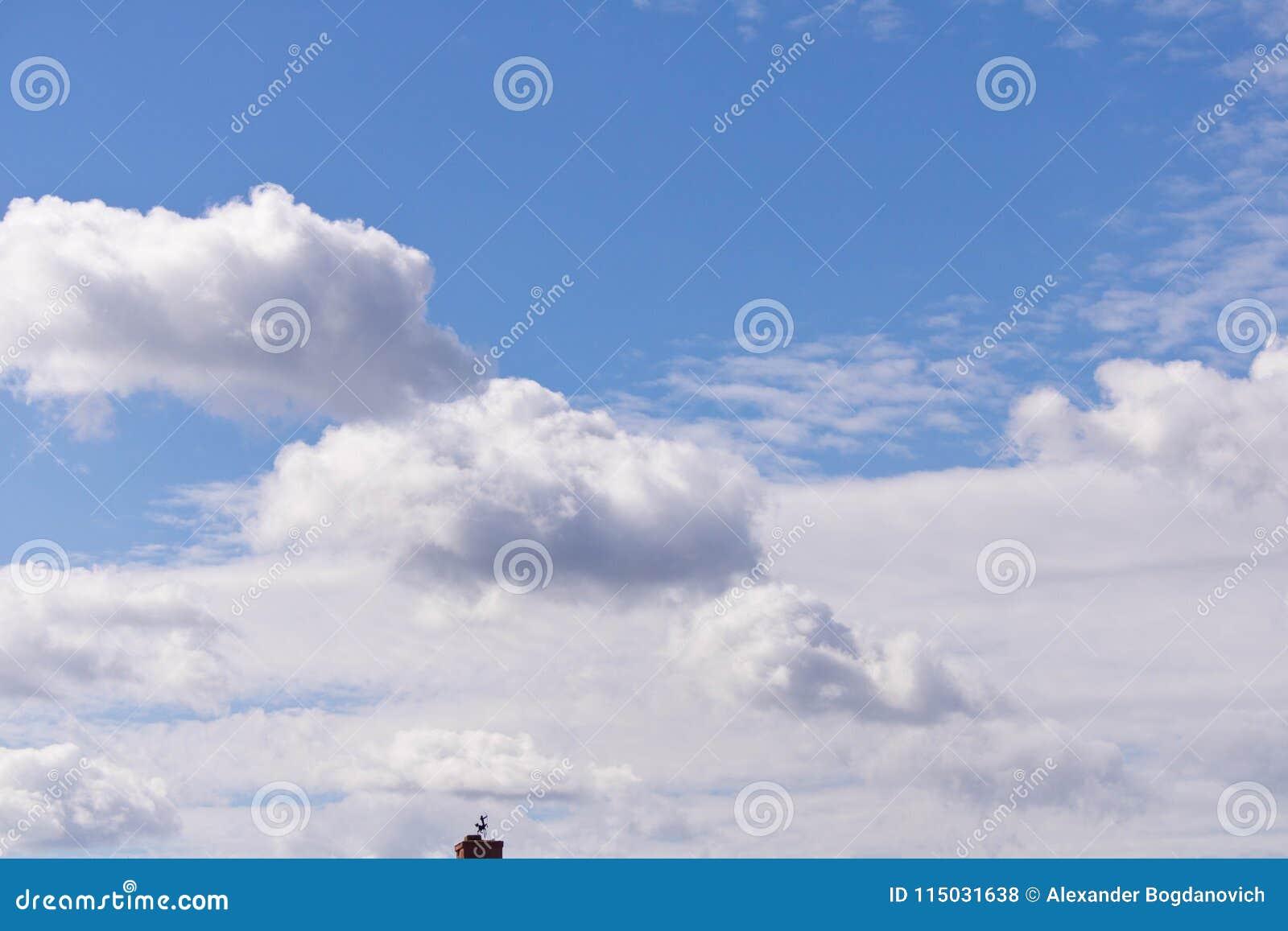 Nuvole bianche sul fondo del cielo blu Un piccolo pezzo di tubo con