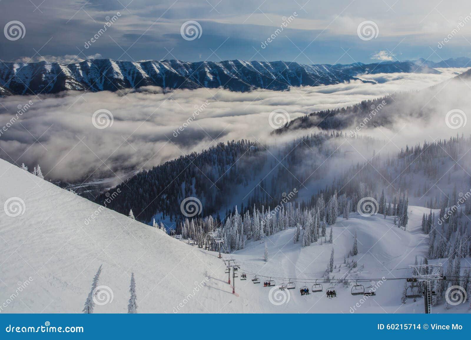 Nuvole di Ski Lift Riding Up Through alla località di soggiorno