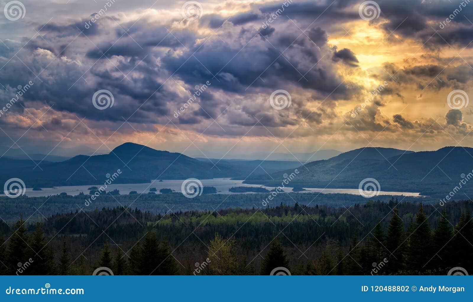 Nuvole di tempesta al tramonto della montagna